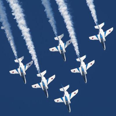 ブルーインパルスの航空ショーの写真