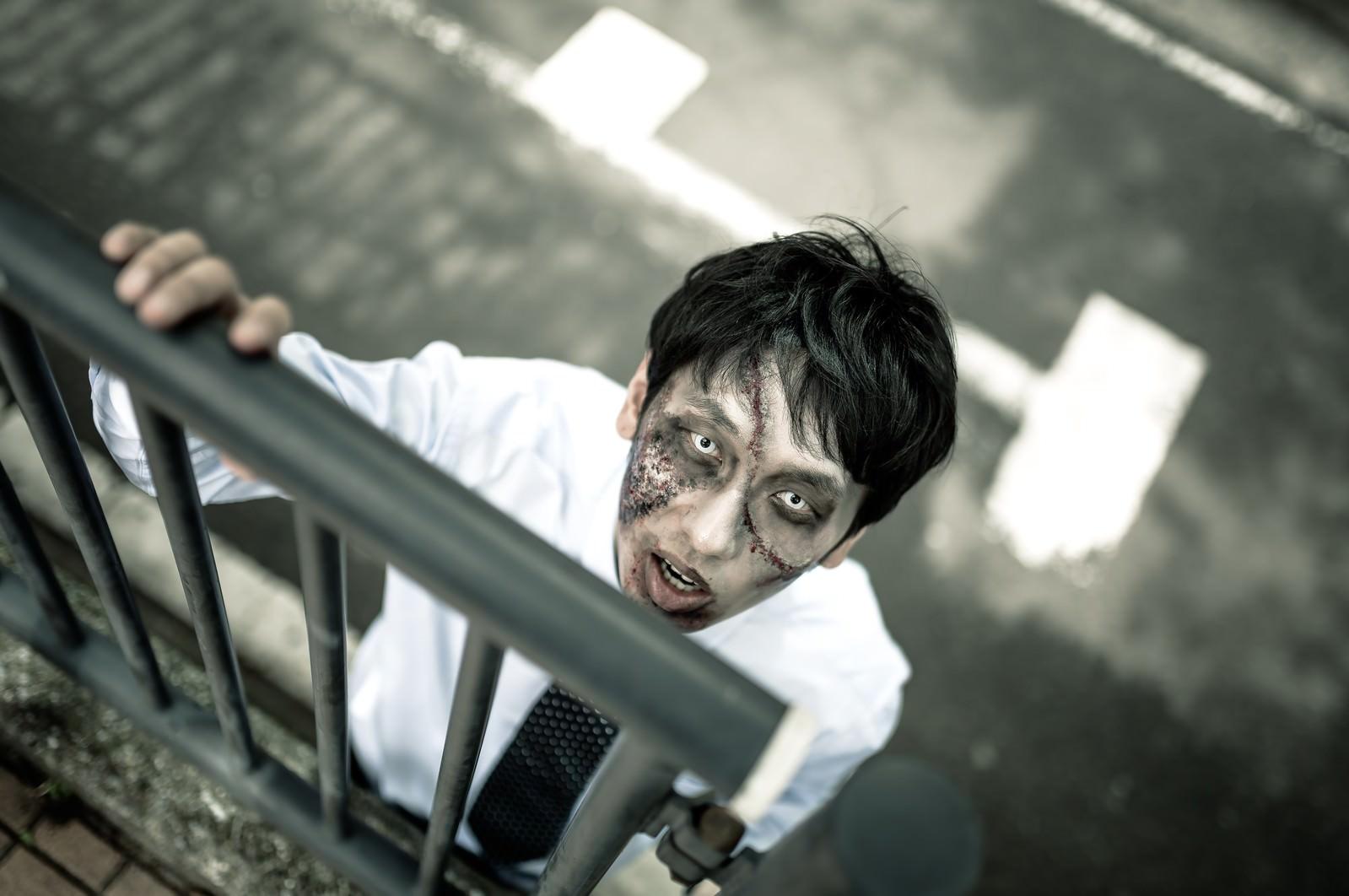 「「俺はまだ人間だ!助けてくれ!」と柵越しに訴えかけてくるほぼアウトな男性」の写真[モデル:大川竜弥]