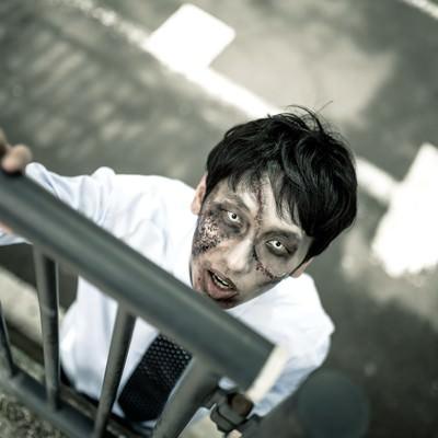 「「俺はまだ人間だ!助けてくれ!」と柵越しに訴えかけてくるほぼアウトな男性」の写真素材