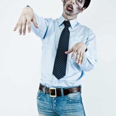 「オフィスカジュアルで合コンに向かう大手広告代理店勤務の若手ゾンビ」の写真素材