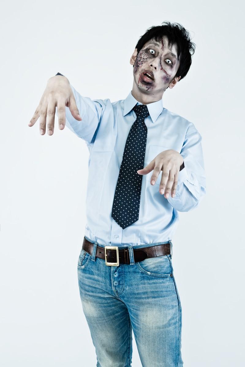「オフィスカジュアルで合コンに向かう大手広告代理店勤務の若手ゾンビ」の写真[モデル:大川竜弥]