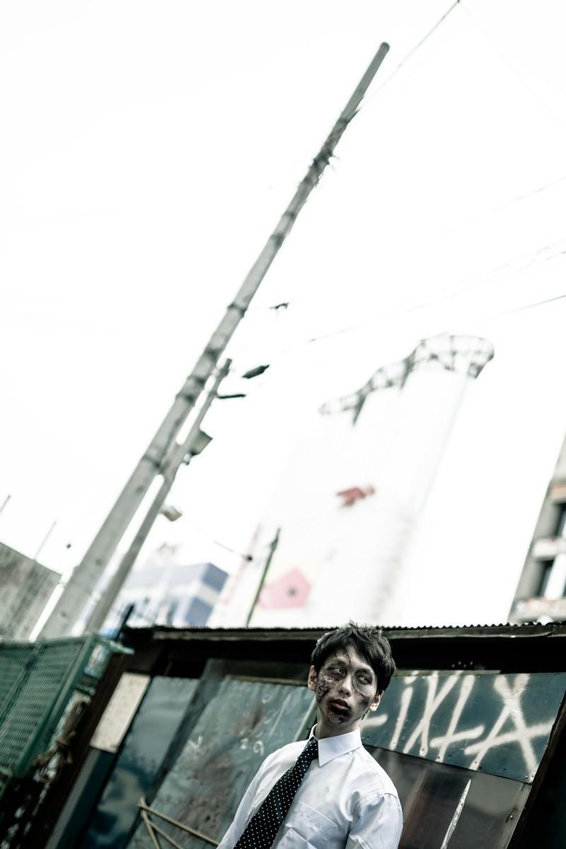 「場末感のあるゾンビ」の写真[モデル:大川竜弥]