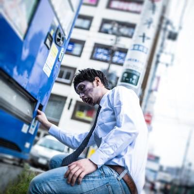 「自販機で銭ゲバゾンビ」の写真素材