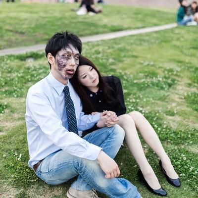「死後やっと手に入れた幸せに呆然とする腐乱系男子」の写真素材