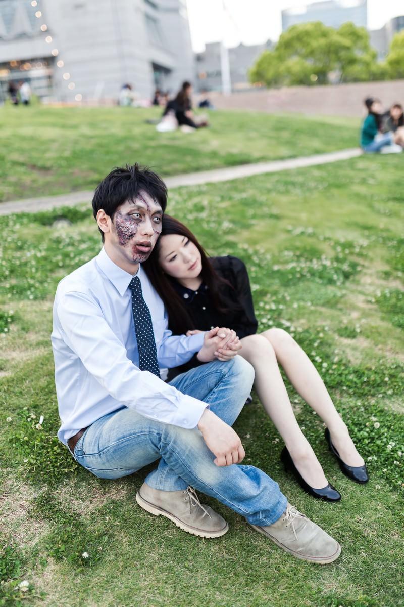 「死後やっと手に入れた幸せに呆然とする腐乱系男子」の写真[モデル:大川竜弥 シマヅ]