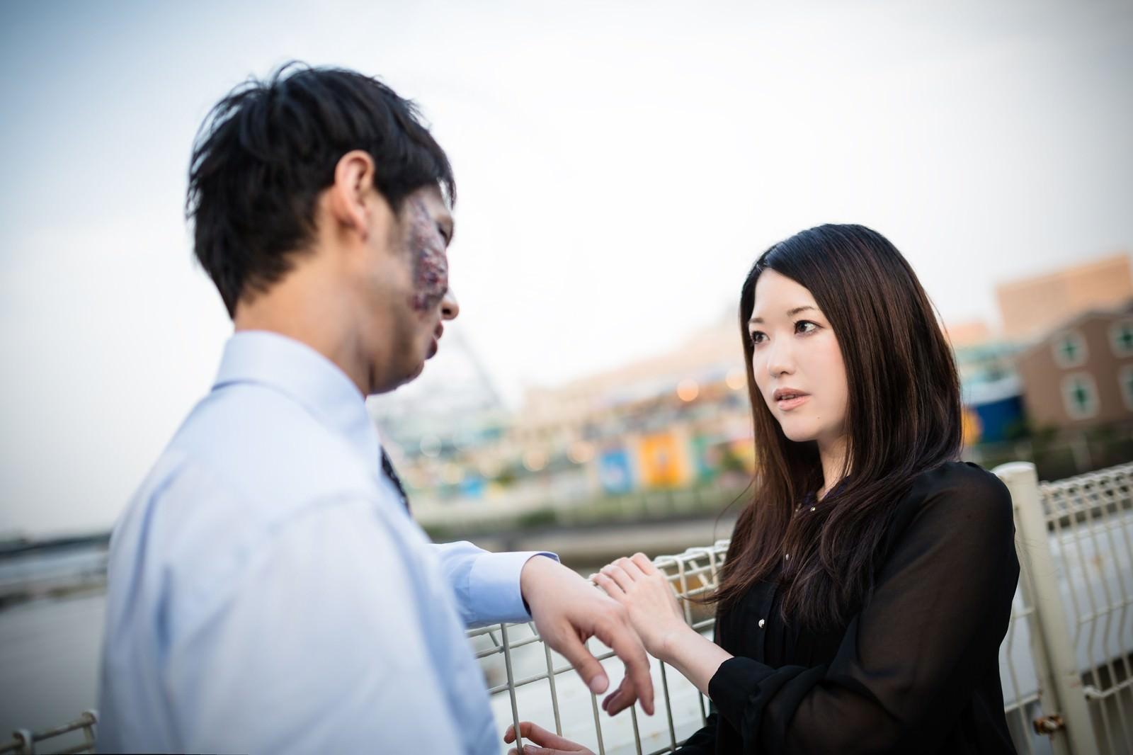 「女性(ソーシャルビッチ)を口説く腐乱系男子」の写真[モデル:大川竜弥 シマヅ]