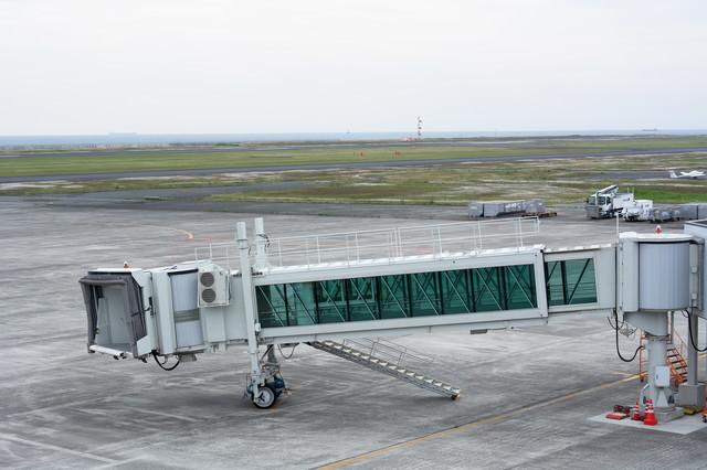 到着機を待つボーディングブリッジの写真
