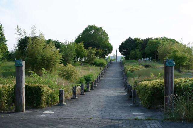 山陽道吉備SA下りの展望台に向かう道の写真