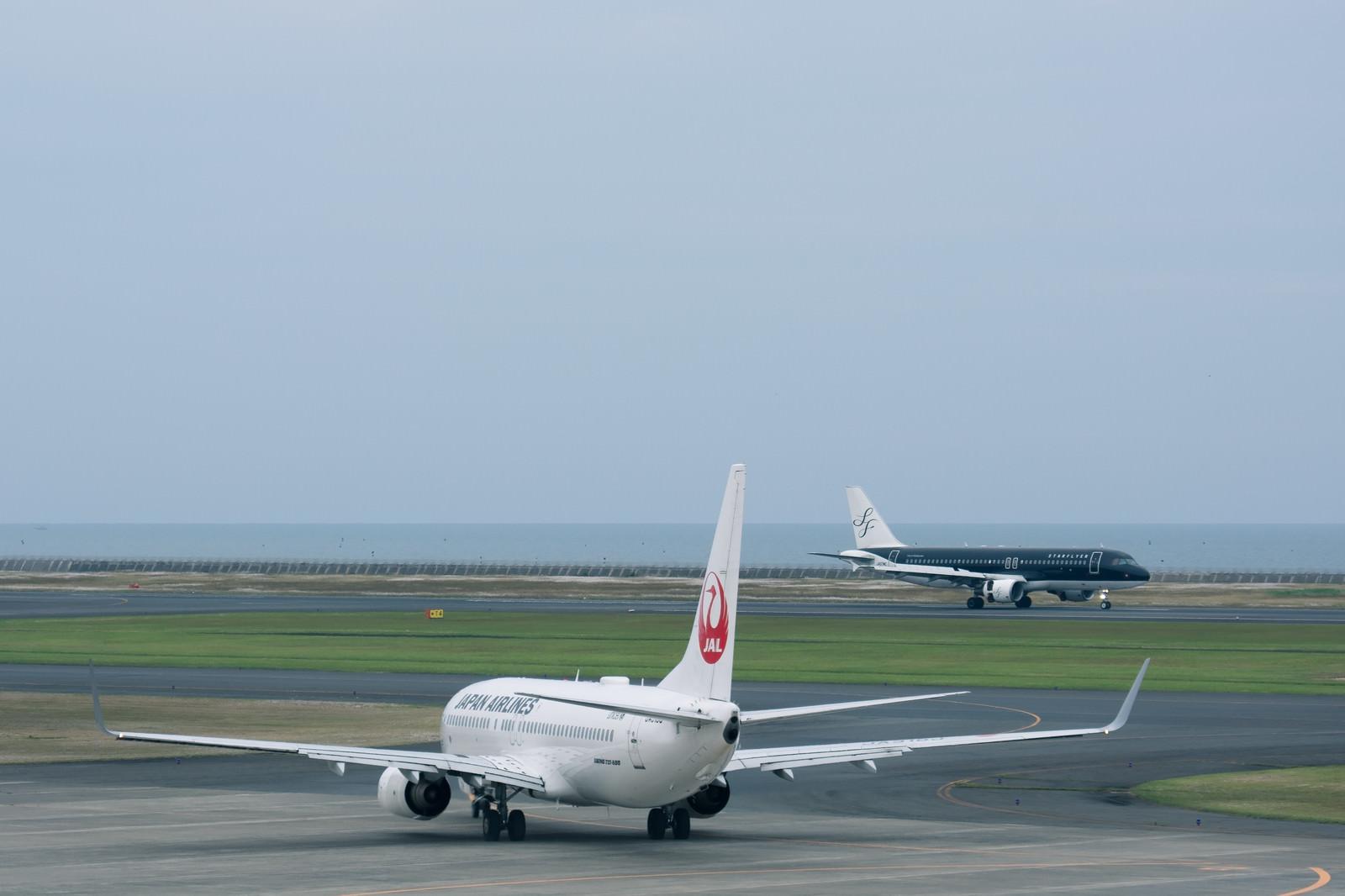 「離陸開始ポイントの飛行機と着陸機(山口宇部空港)」の写真