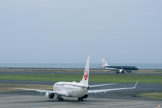 離陸開始ポイントの飛行機と着陸機(山口宇部空港)の写真