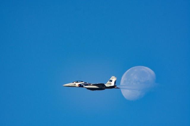 月を横切る飛行教導群のF-15の写真