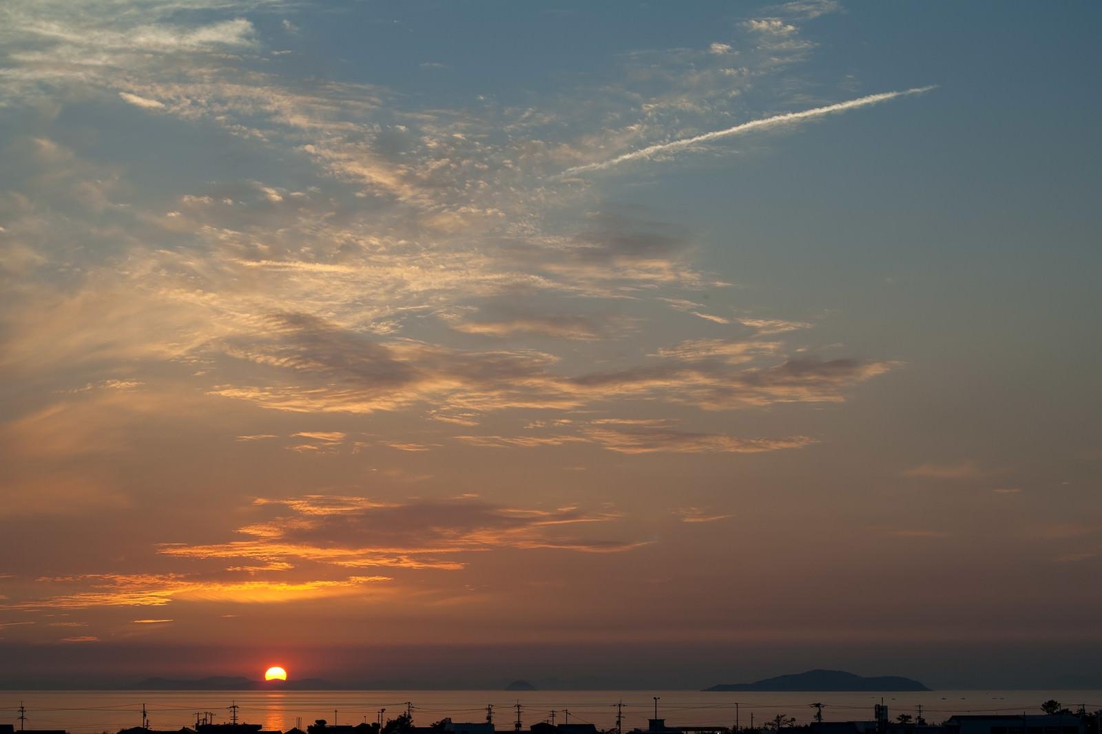 「日没の太陽と海岸沿い日没の太陽と海岸沿い」のフリー写真素材を拡大