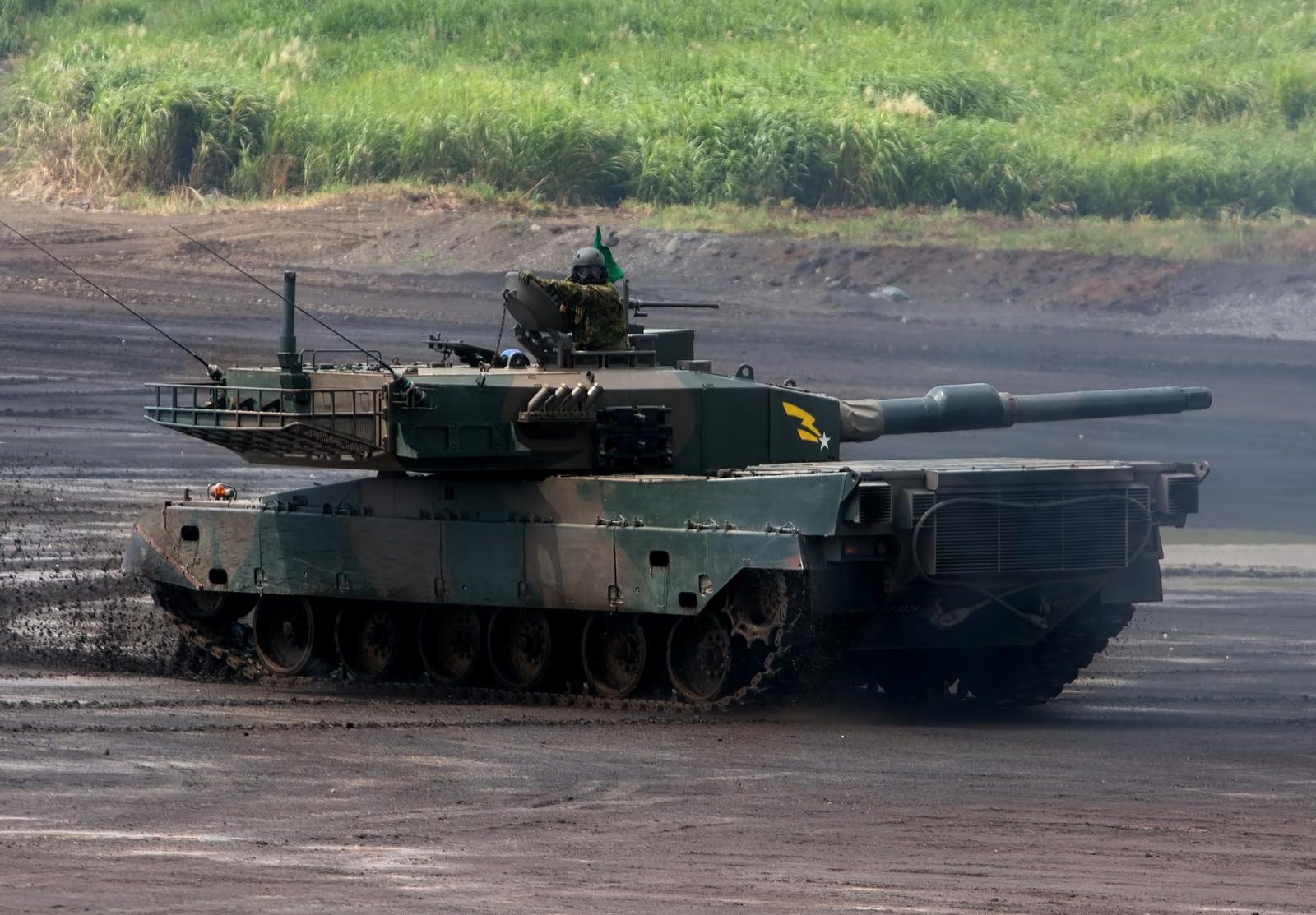 「走行する90式戦車」の写真