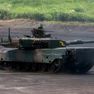 「走行する90式戦車」の写真素材