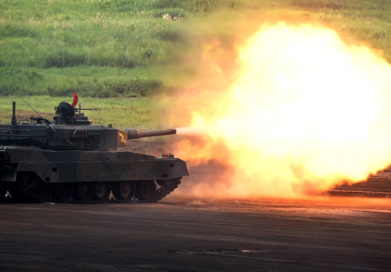 「90式戦車の発射炎」の写真