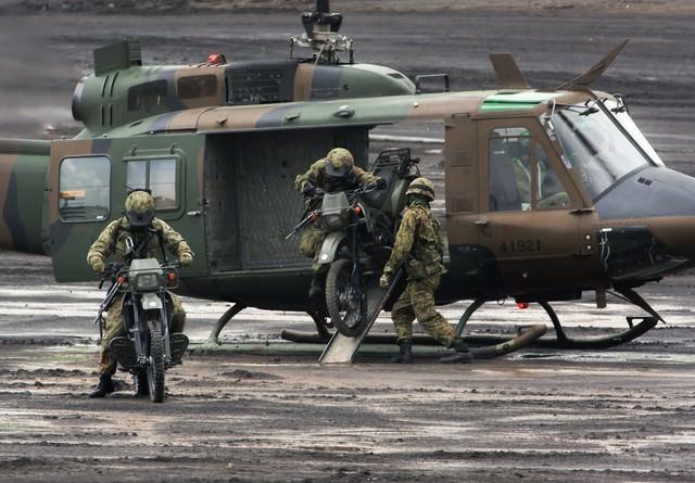 偵察用オートバイ出撃の写真