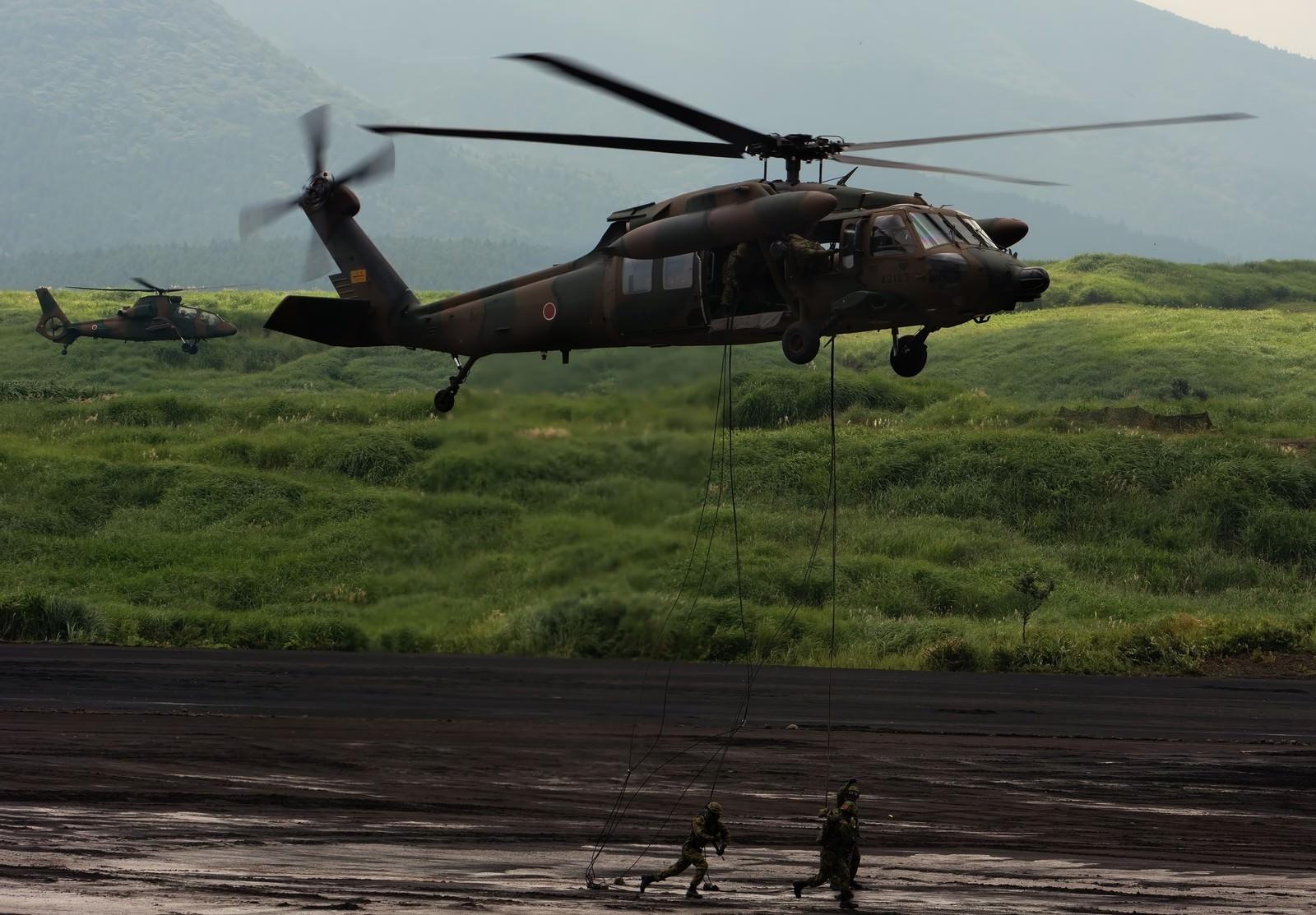 「UH-60から降下する隊員」の写真
