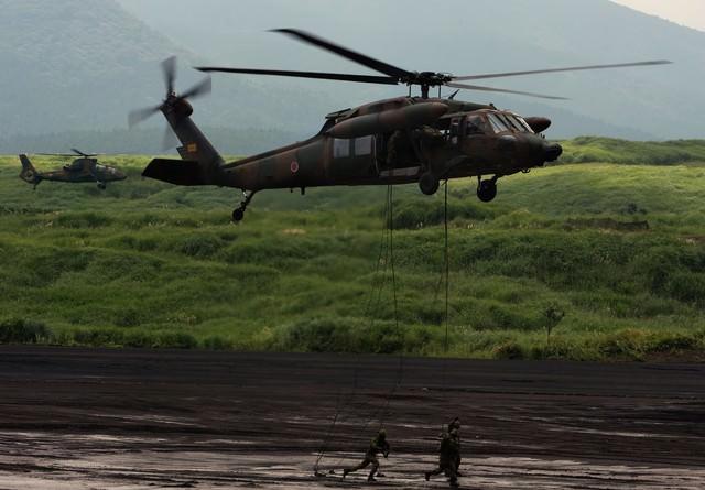 UH-60から降下する隊員の写真