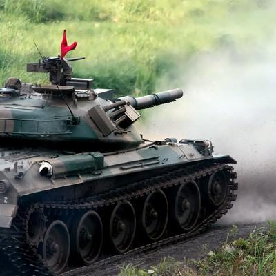 「74式戦車と、発射直後に巻き上げられる土煙」の写真素材