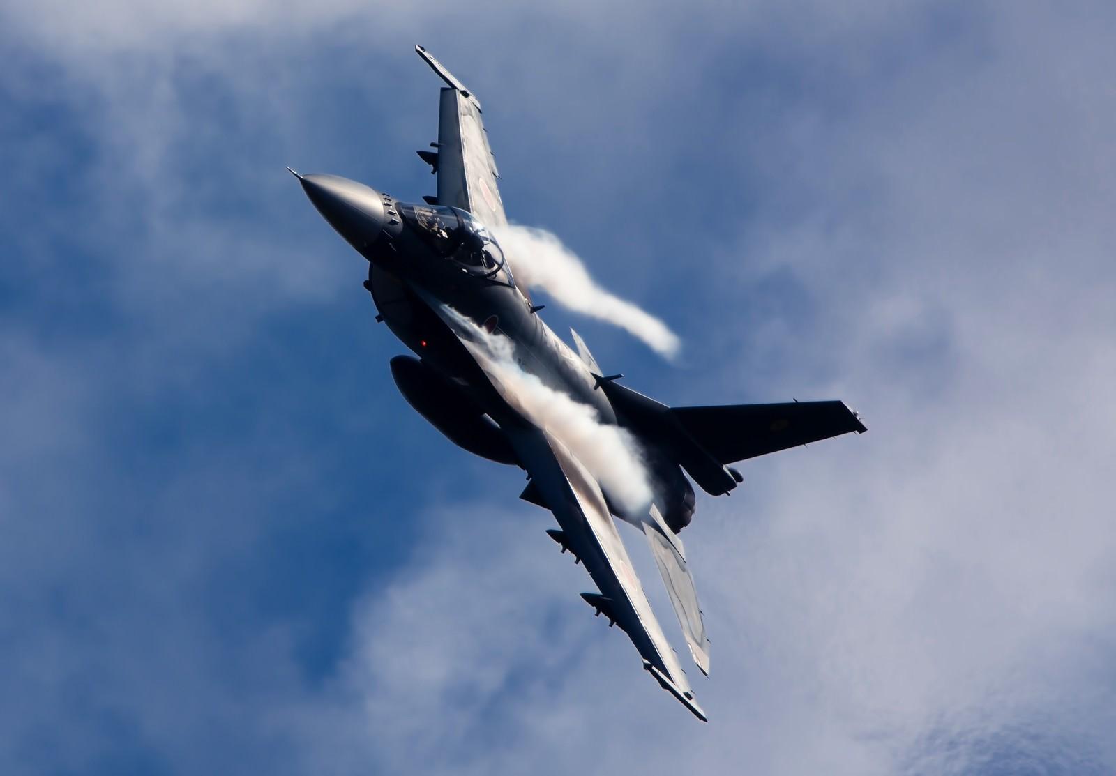 「肩口にベイパーをまとい突っ込んでくる築城6SQ F-2」の写真