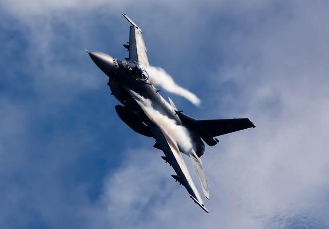 肩口にベイパーをまとい突っ込んでくる築城6SQ F-2の写真