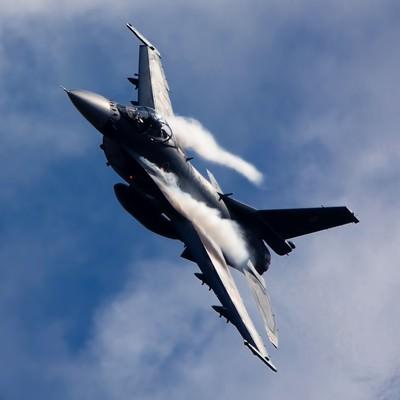 「肩口にベイパーをまとい突っ込んでくる築城6SQ F-2」の写真素材