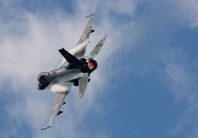 AB(アフターバーナー)を使用して、機動飛行をする6SQのF-2の写真