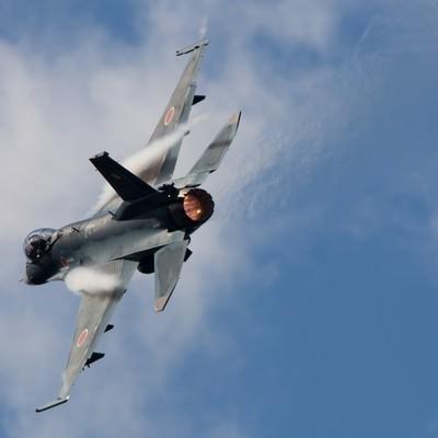 「AB(アフターバーナー)を使用して、機動飛行をする6SQのF-2」の写真素材