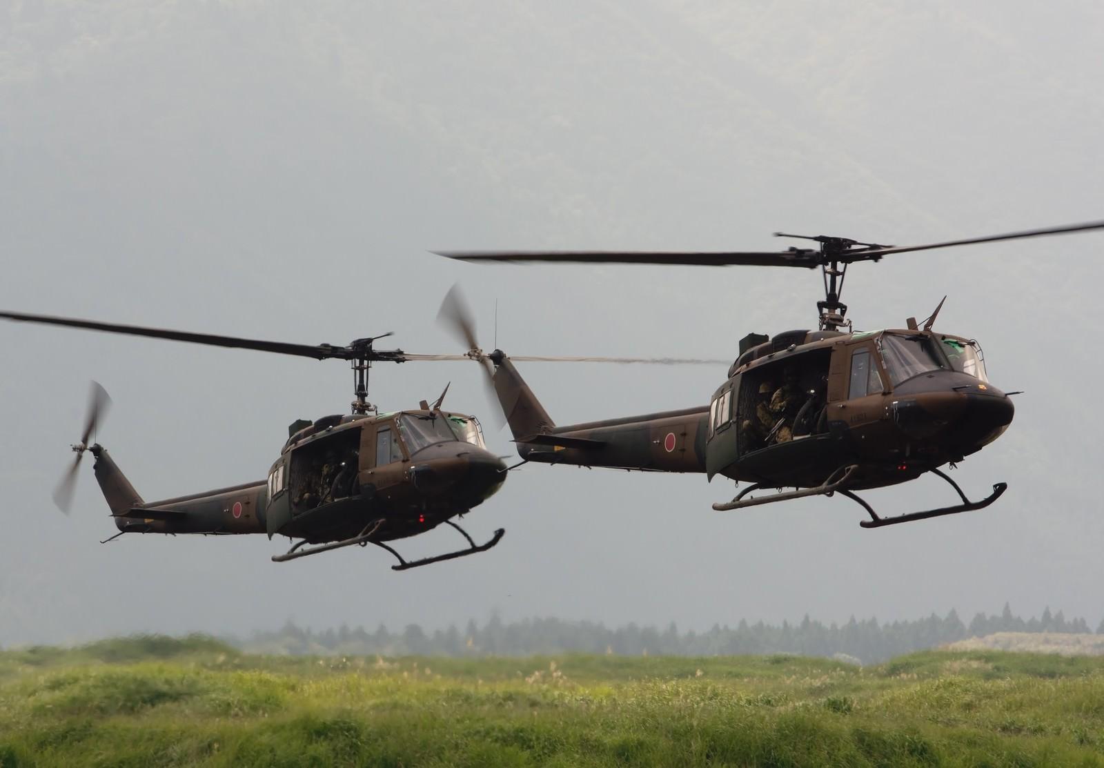 「偵察用オートバイと人員を運ぶUH-1」の写真