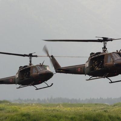 「偵察用オートバイと人員を運ぶUH-1」の写真素材
