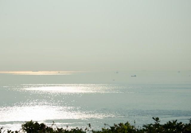 朝もやの明石海峡を進む船舶の写真
