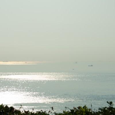 「朝もやの明石海峡を進む船舶」の写真素材