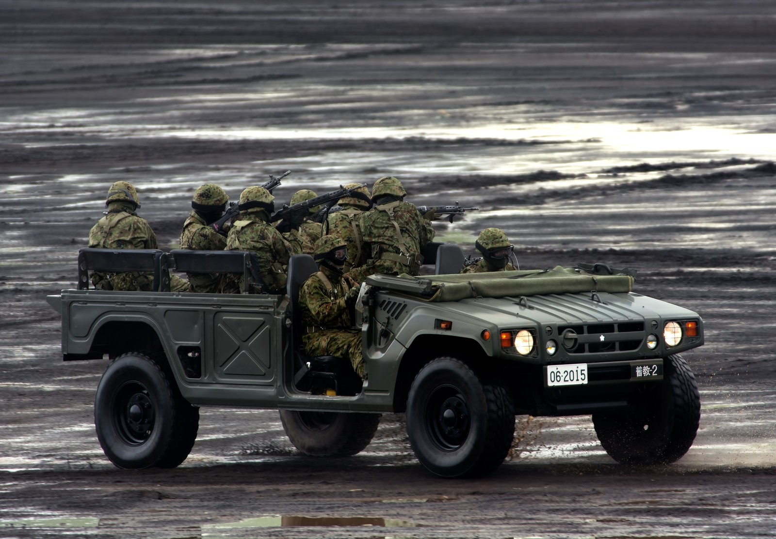 「警戒しながら高機動車で移動する隊員たち」の写真