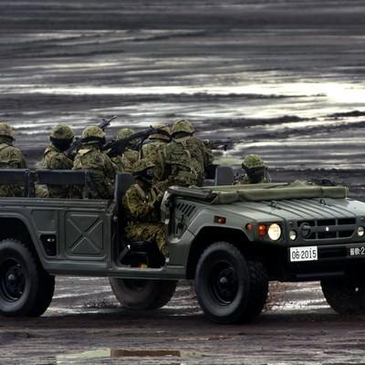「警戒しながら高機動車で移動する隊員たち」の写真素材