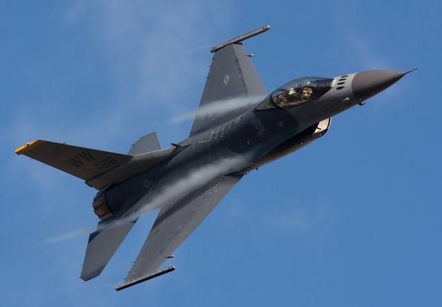 米軍F-16戦闘機の写真
