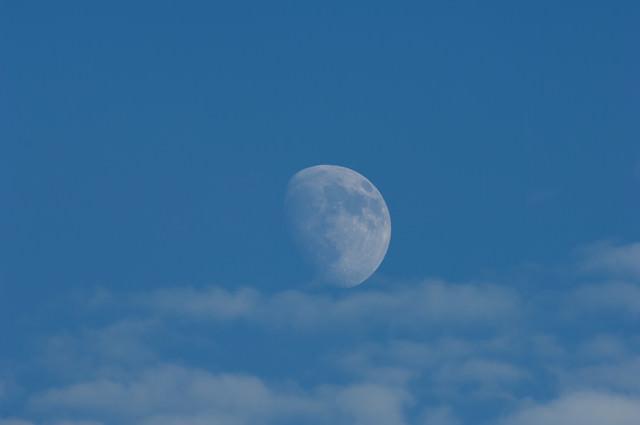 空に浮かぶ十日夜の月の写真