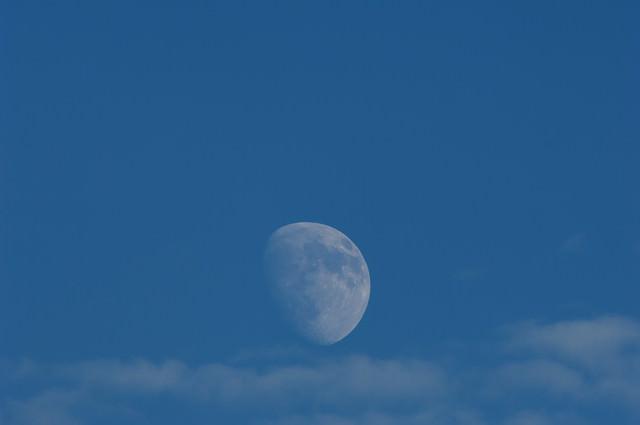 青空に浮かぶ月の写真