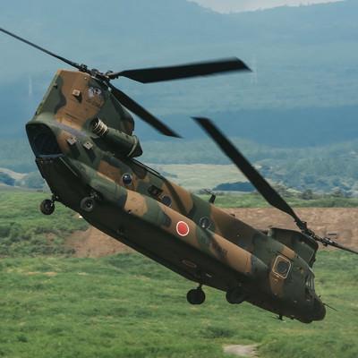 任務を終え、急いで離脱する大型輸送ヘリコプター(CH-47)の写真