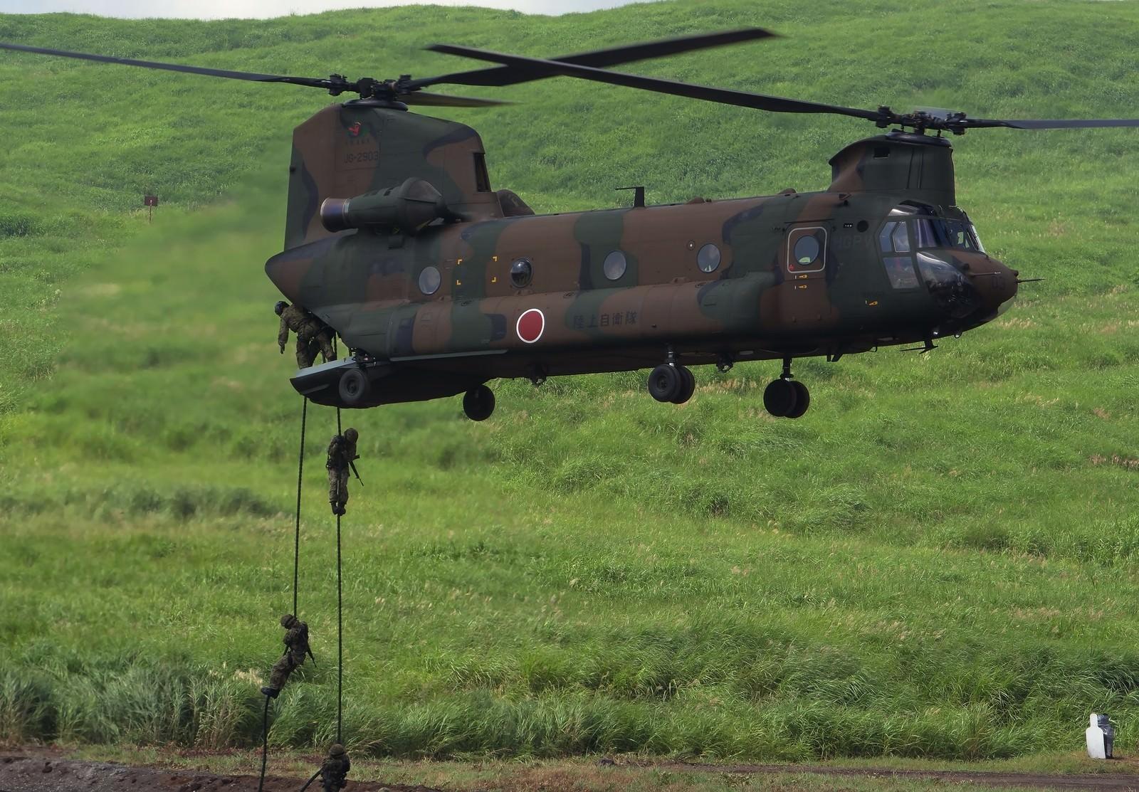 「CH‐47J(チヌーク)からの人員降下」の写真
