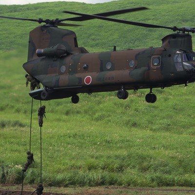 「CH‐47J(チヌーク)からの人員降下」の写真素材