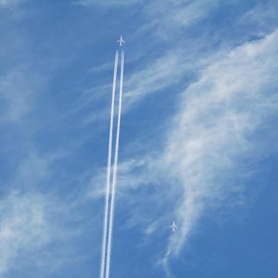 「空に真っすぐ描かれた飛行機雲」の写真素材