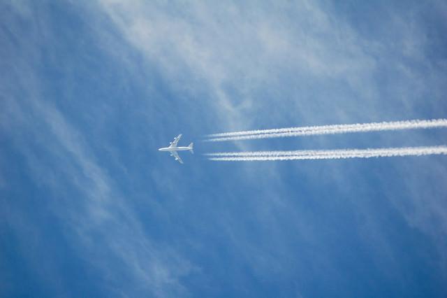 高空を進む(飛行機雲)の写真