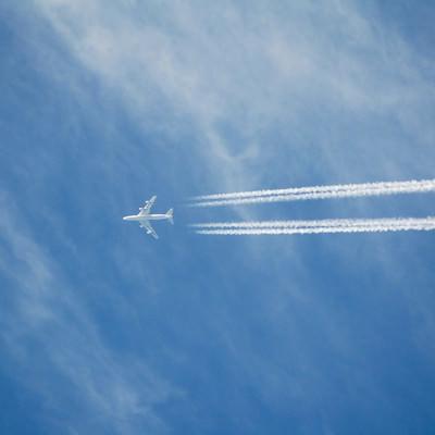 「高空を進む(飛行機雲)」の写真素材