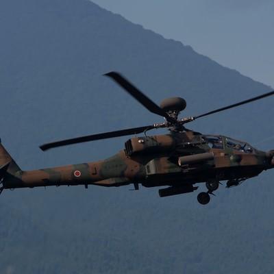 「ローターベイパーを出して現れたAH-64D(アパッチ)」の写真素材