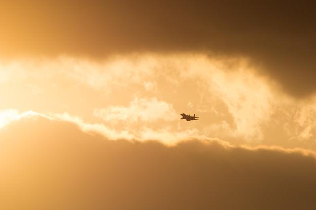 雲分かち現れる鋼鉄の鷲(F-15)の写真
