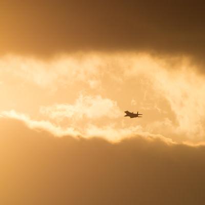 「雲分かち現れる鋼鉄の鷲(F-15)」の写真素材