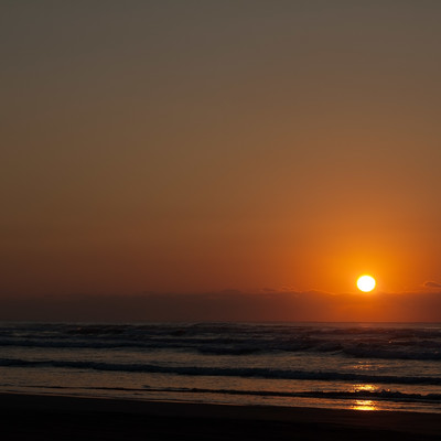 「日本海に沈む夕日」の写真素材