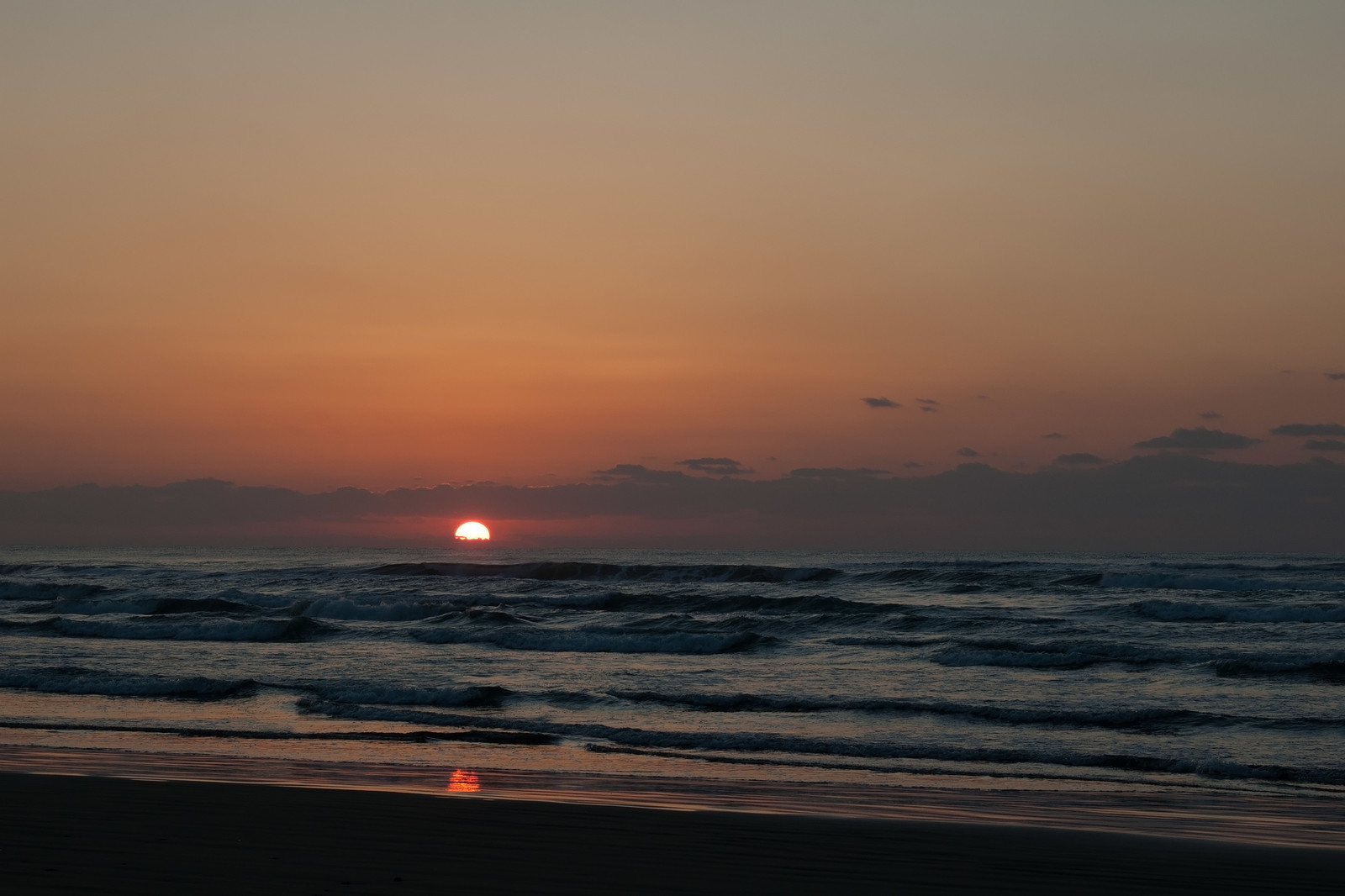 「千里浜なぎさドライブウェイからの夕焼け千里浜なぎさドライブウェイからの夕焼け」のフリー写真素材を拡大