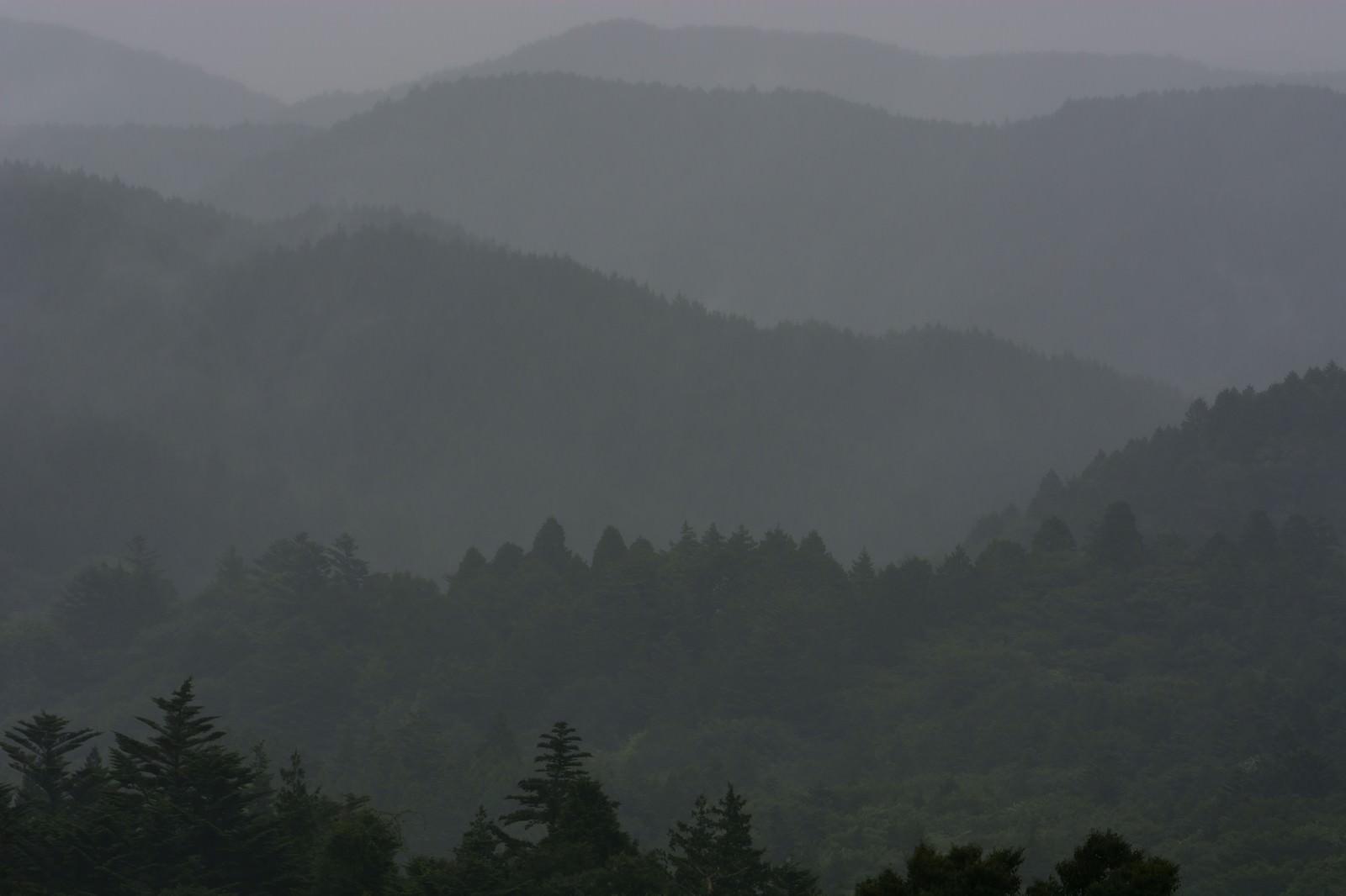 「雨に煙る山並み雨に煙る山並み」のフリー写真素材を拡大