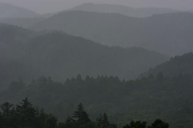 雨に煙る山並みの写真